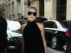 Sharon Stone usa look todo preto para assistir desfile