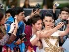 Katy Perry posa com fãs em première de seu filme