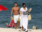 Malvino Salvador e Sophie Charlotte curtem praia juntinhos