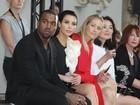 Kim Kardashian e Kanye West assistem a desfile na França