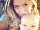 Após férias no México, Hilary Duff viaja com o filho para o Canadá