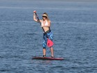 Susana Werner pratica stand up paddle em praia carioca