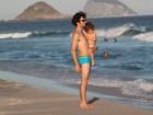 Caio Blat curte praia com o filho Bento