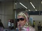 Hã? Adriana Bombom volta de Dubai com lenço de muçulmana