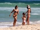 Daniella Sarahyba exibe corpão em praia com a filha no Rio
