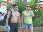 Claudia Raia vai à praia com namorado no Rio