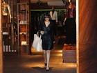 Sem aliança, Vanessa Giácomo vai a loja em São Paulo