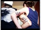 Yasmin Brunet faz tatuagem com o namorado