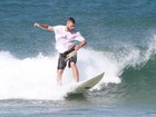 Rodrigo Hilbert surfa na Praia de Grumari, no Rio