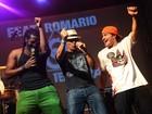 Romário canta e rebola com Trio Ternura em noitada