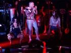Alinne Rosa e Scheila Carvalho descem até o chão em show na Bahia