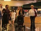 Ana Maria Braga bate perna com a família em shopping no Rio