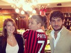 Alexandre Pato presenteia David Brazil com camisa do Milan