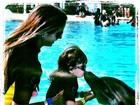 Fofa! Rafa Justus beija golfinho durante viagem