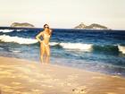 Panicat Carol Narizinho posa de biquíni em praia do Rio