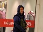 Frio? Marcelo Serrado passeia de capuz no shopping