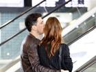 Nathália Dill troca carinhos com o namorado no aeroporto