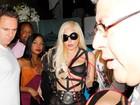Após exibir bumbum, Lady Gaga usa look dominatrix e mostra seio