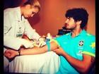 Alexandre Pato faz exame de sangue e brinca com a enfermeira: 'Devagar!'