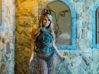 Bailarina do 'Domingão do Faustão' faz ensaio com clima medieval. Hein?