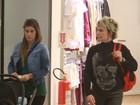 Ana Maria Braga passeia por shopping do Rio com a nora e neto