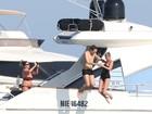 De maiô, Kate Moss curte férias com o marido no Mediterrâneo