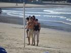 Sharon Stone vai à praia com o namorado em Balneário Camboriú