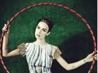 Thaila Ayala posta foto com bambolê em ensaio para revista