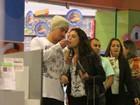 Thiago Martins dá sorvete na boca de Paloma Bernardi