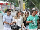 De shortinho, Mayra Cardi vai a restaurante no Rio