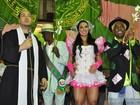 Belo e Gracyanne são padre e noiva em apresentação dela como rainha de bateria da Mangueira