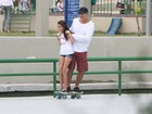 Eduardo Moscovis anda de skate com as filhas no Rio