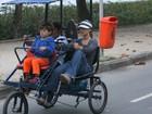 Carolina Dieckmann passeia de bicicleta com o filho caçula