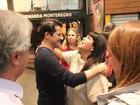 Marcelo Serrado recebe o carinho de Fabiana Karla após peça