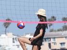 Batendo um bolão: Alessandra Ambrósio faz embaixadinha na praia