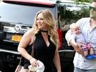 Hilary Duff passeia com o filho e o marido e exibe quilinhos a mais