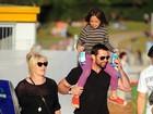 Hugh Jackman curte dia de praia com a família na Austrália