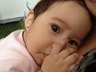 Perlla posta foto fofa da filha para mostrar pulseirinha da menina