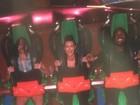 Com Kanye West, Kim Kardashian chora em montanha-russa