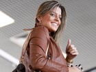 Capa da &#39;Playboy&#39;, Mari Paraba sorri para paparazzi em aeroporto do Rio