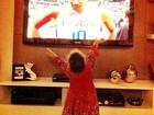 Samara Felippo posta foto da alegria da filha ao ver o pai pela TV: 'Saudade'