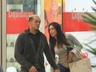 Gracyanne Barbosa sofre com bota durante passeio em shopping