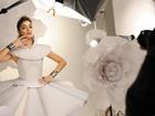 Sophie Charlotte posa com roupa feita de papel para grife de acessórios