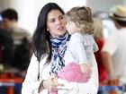 Daniella Sarahyba desembarca em aeroporto no Rio com a filha e o marido