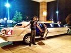 Gusttavo Lima posa com limousine: 'Amores, cabe mais gente aqui'