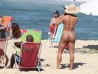 Gracyanne Barbosa exibe o popozão - tamanho G - em dia de praia no Rio