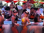 Mayra Cardi curte festa na piscina em Las Vegas
