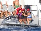 Lotação esgotada: Rihanna coloca duas amigas na garupa de jet ski