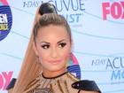 Demi Lovato mostra demais com vestido transparente em premiação