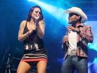Alinne Rosa usa saia curtinha e mostra demais em show em Salvador